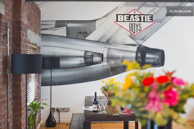 Beastie boys internal mural airbnb apartment bristol for Beastie boys mural